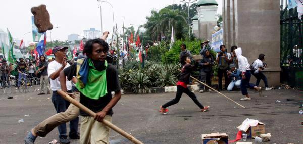 Demonstrasi massa bentrok dengan polisi di depan gedung DPR RI, Jakarta, Selasa, 2 Maret 2010 saat berlangsungnya Paripurna Century.