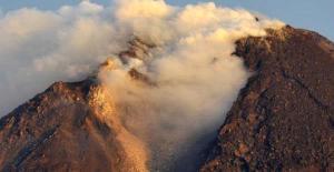 Asap solfatara awal letusan Merapi -  Selasa, 26 Oktober 2010